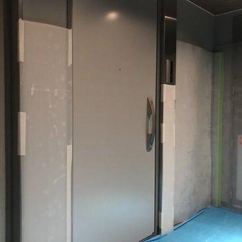こちらのシルバーのドアが今回ご紹介したお部屋。