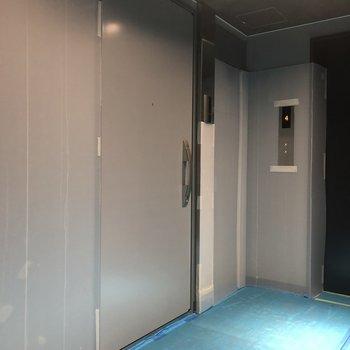 宇宙船のようなメタリックな扉が今回紹介したお部屋。