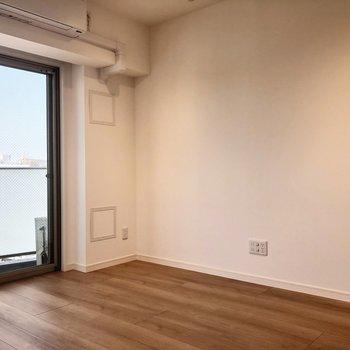 テレビは右の壁沿いに。