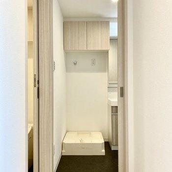 廊下から。奥は脱衣所で、洗濯機置き場が見えます。