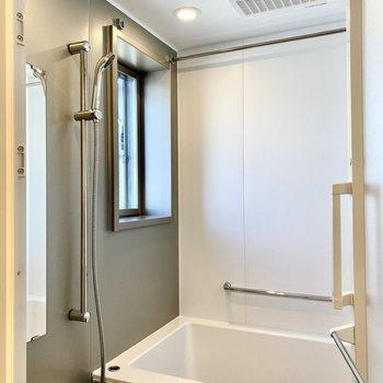 浴室。小窓から明るい日差しが。