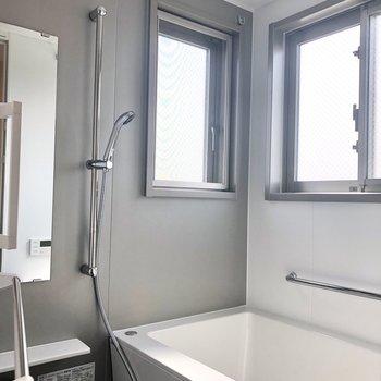 お風呂も2面採光で心地いい。朝風呂したくなりますね。