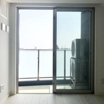 【DK】窓からは空が見えて気持ちのいい印象。
