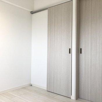 【洋室】こちら側はドア類が集中しているのでベッドは窓際がいいかも。
