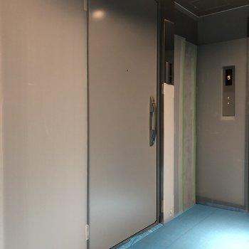 メタリックな玄関ドアは安心の2ロック。