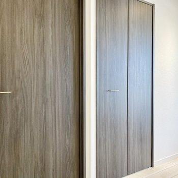 【洋室】左は廊下に続くドア、右はもう一つのクローゼットです。