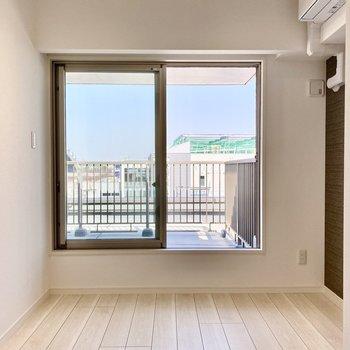 【洋室】奥の窓はルーバルに続いています。