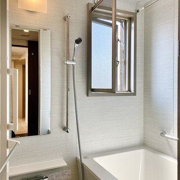 浴室。小窓があって明るい空間。
