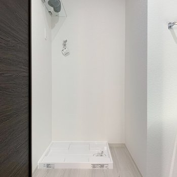 お隣には洗濯機置き場。上部に棚もついてますよ◎(※小物は見本です)