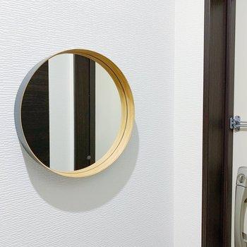 玄関のまあるいミラーで最終チェックを。