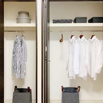 【洋室3.7帖】収納はパイプつきで、お洋服も選びやすく◎(※小物は見本です)