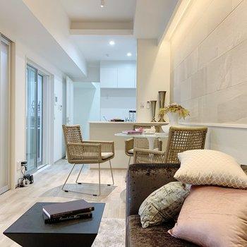 【リビング11.2帖】白くて清潔感のあるお部屋ですね。(※小物は見本です)