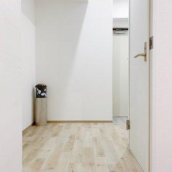 では廊下に出て、左手の方へ。(※小物は見本です)