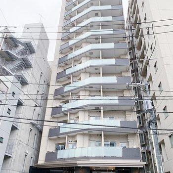 お部屋は13階建ての2階部分に。
