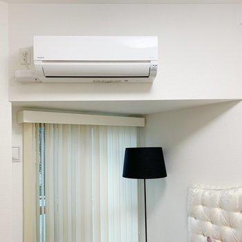 【洋室3.7帖】エアコン付きがうれしい。三角のくぼみが個性的。(※小物は見本です)