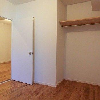 3.7帖の洋室は書斎によさそうですね。※写真は似た間取り、別部屋のもの