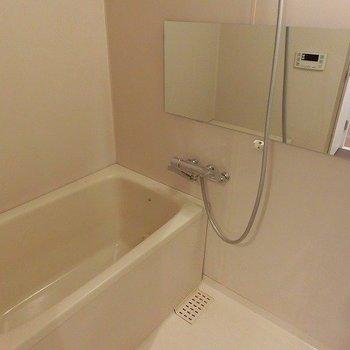 お風呂には横長ミラーがつきました。※写真は前回募集時のもの