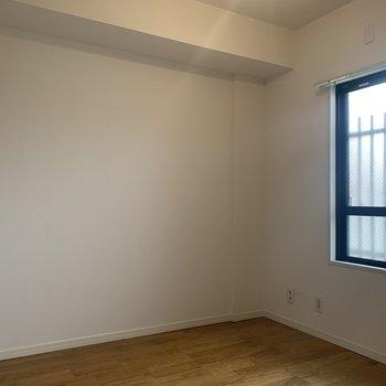 3.7帖の洋室は廊下に面しています