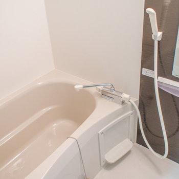 お風呂もキレイで清潔!(※写真は1階の反転間取り別部屋のものです)
