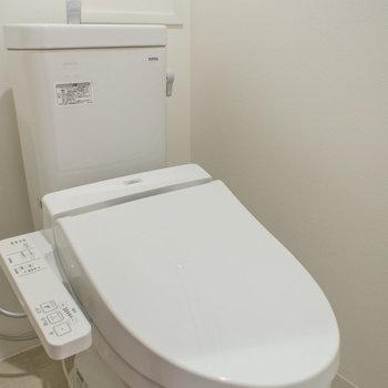 トイレにはウォシュレットあり!(※写真は1階の反転間取り別部屋のものです)