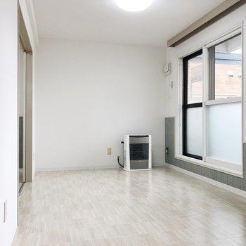 窓際に沿ってソファやテーブルを置いてダイニングに。