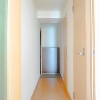 キッチンの先の廊下へ。右手前がトイレ、右奥が脱衣所、正面奥が玄関です。