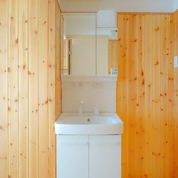 お待たせしました。杉板張りの温泉旅館気分が味わえる脱衣所です。入って正面に洗面台。