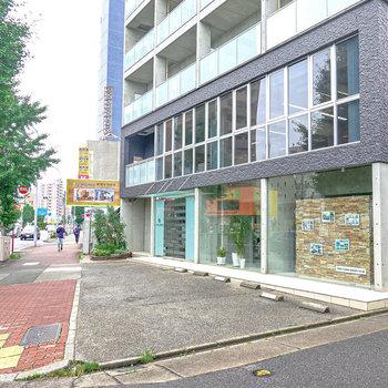 大通り側には工務店のオシャレなオフィスがあります。