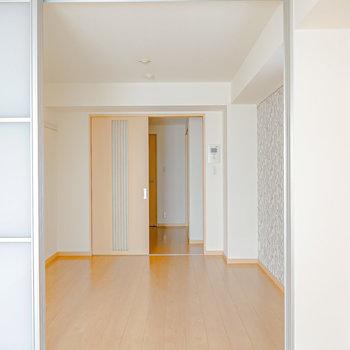 2つの洋室とキッチンスペースが縦に連なった間取りです。まずは窓側の洋室から見ていきましょう。