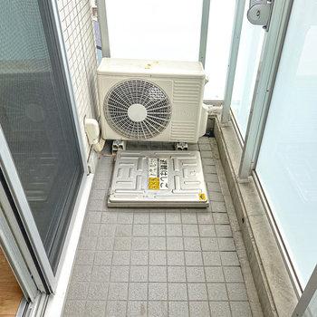 ベランダは室内から洗濯物の出し入れがしやすい適度な広さ。