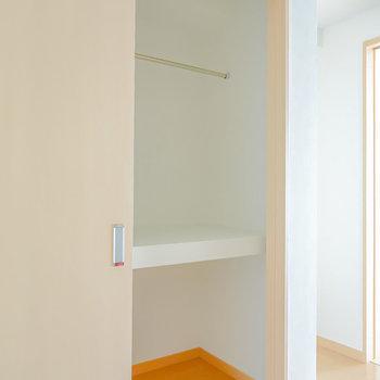 冷蔵庫置場置き場の横はクローゼット!上部はハンガーパイプ付きになっています。