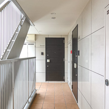 玄関前の共用部はタイル張りのスタイリッシュな雰囲気。