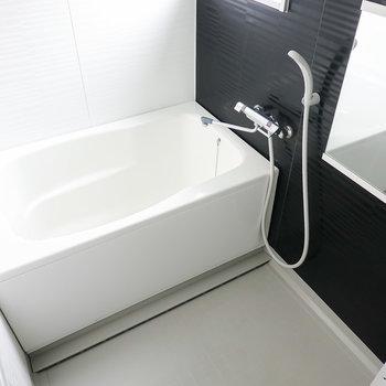お風呂は打って変わってモノトーン。浴槽や洗い場が少し広めなのでゆったり寛げます。