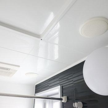 天井には何やら見慣れない、スピーカーのようなものが。