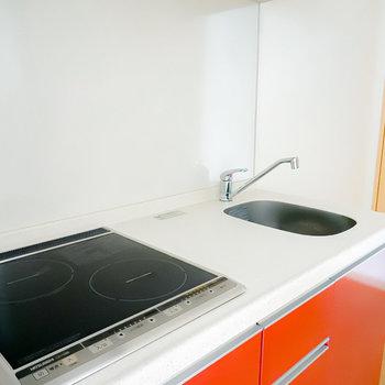 2口IHコンロで調理スペースもしっかりあるので、自炊も手軽にできますね!