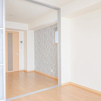 反対側の壁際はハンガーラックやオープンシェルフを置いて収納にするのが良さそう。もうひとつの洋室も見てみましょう。