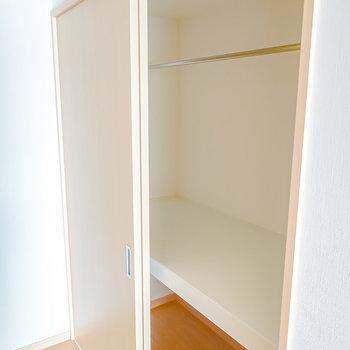 奥行きもたっぷり。上はオンシーズン、下はオフシーズンの衣服や生活道具の収納と使い分けができます。