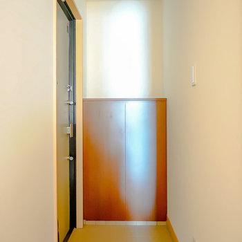 名残惜しいですが次に。玄関は廊下のいちばん奥に。