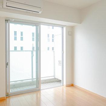 約5帖の洋室。窓は東向きなので、寝室にすれば温かく明るい朝が迎えられます。