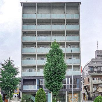 大通り沿いにある、外観もクールなデザイナーズマンションです。