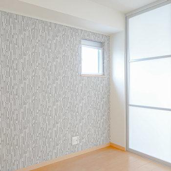 反対のアクセントクロスの壁にはAVラックとテレビを。洋室同士を繋ぐ引き戸を閉めると個室にもなります。