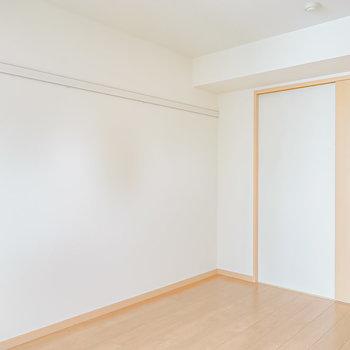 こちらは約5.4帖。ピクチャーレール側の壁沿いには2シーターほどのソファを置くと◎