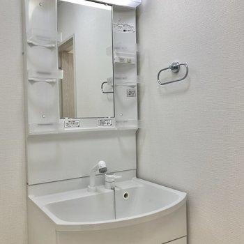 脱衣所には独立洗面台。嬉しいですね。