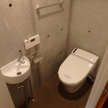手洗い器も付いています。※写真は同間取り別部屋のものです