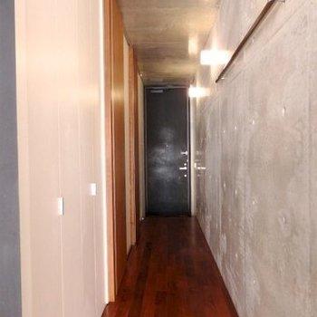 廊下もコンクリートに※写真は同間取り別部屋のものです