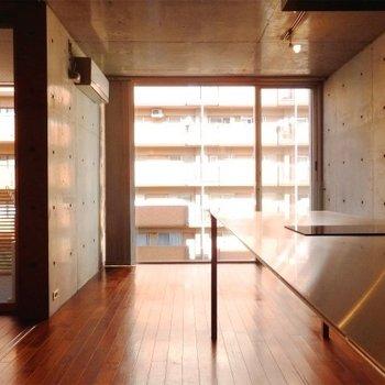 大きな窓から陽を採り入れます。※写真は同間取り別部屋のものです