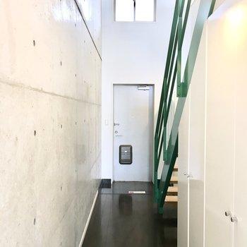 玄関も天井が高くて開放的♪※写真は2階反転間取り・別部屋のものです