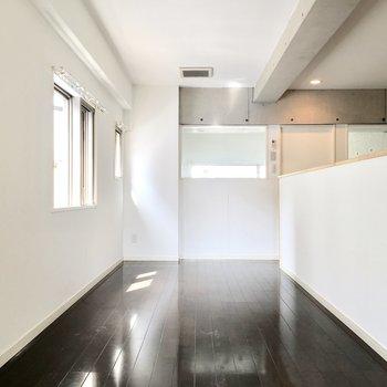 ダークブラウンのフローリングで落ち着いた雰囲気♪※写真は2階反転間取り・別部屋のものです