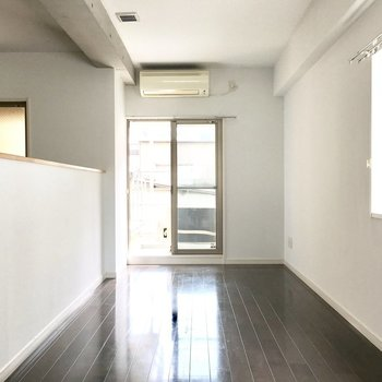 上がってすぐ6帖の洋室。うれしいエアコン付き◎※写真は2階反転間取り・別部屋のものです