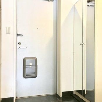シューズボックスには姿見付き◎※写真は2階反転間取り・別部屋のものです